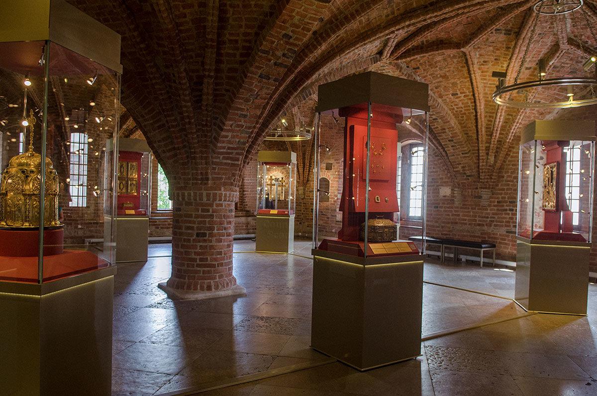 Грановитая палата в Великом Новгороде получила название за конструктивную особенность в виде граненых нервюрных сводов.