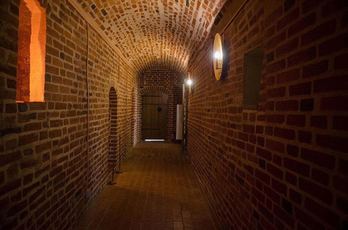 Узкие кирпичные стены и свод коридора, соединяющего различные помещения Грановитой палаты в Великом Новгороде.