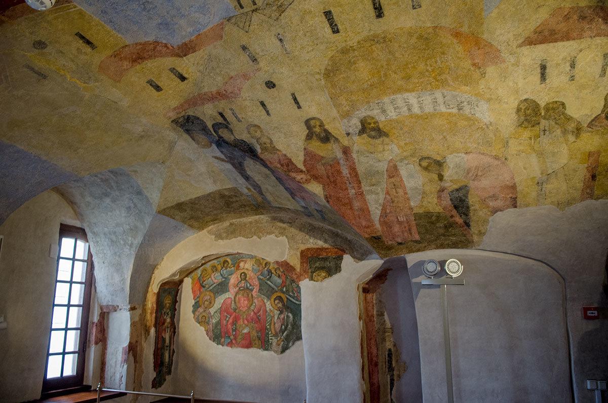 Частично сохранившиеся древние фрески на потолке и стенах кельи в Грановитой палате в Великом Новгороде.
