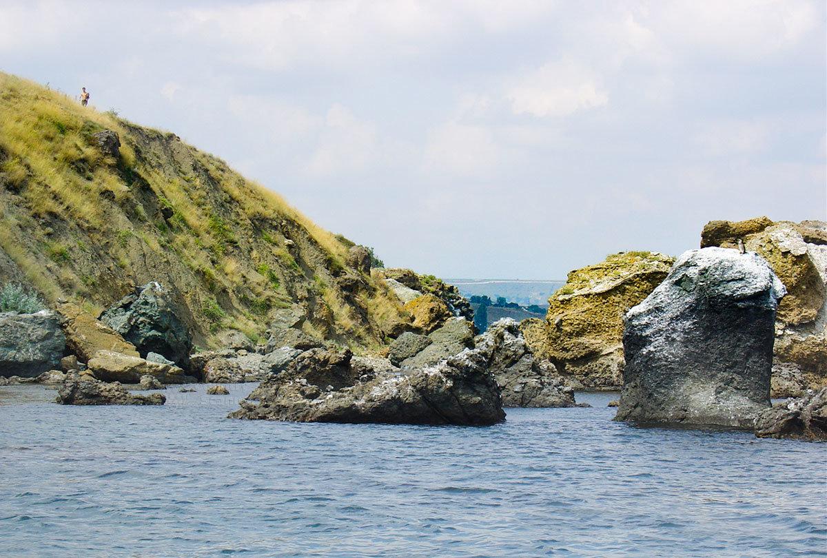 Обширные россыпи крупных каменных глыб у побережья Кара-Дага образовались в результате разнообразного эрозионного воздействия.