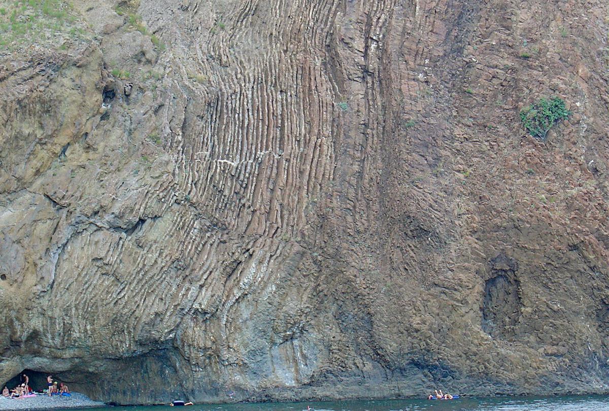 Мало где можно видеть, кроме Кара-Дага, столь наглядные следы древнейшей вулканической деятельности давностью в 150 млн лет.