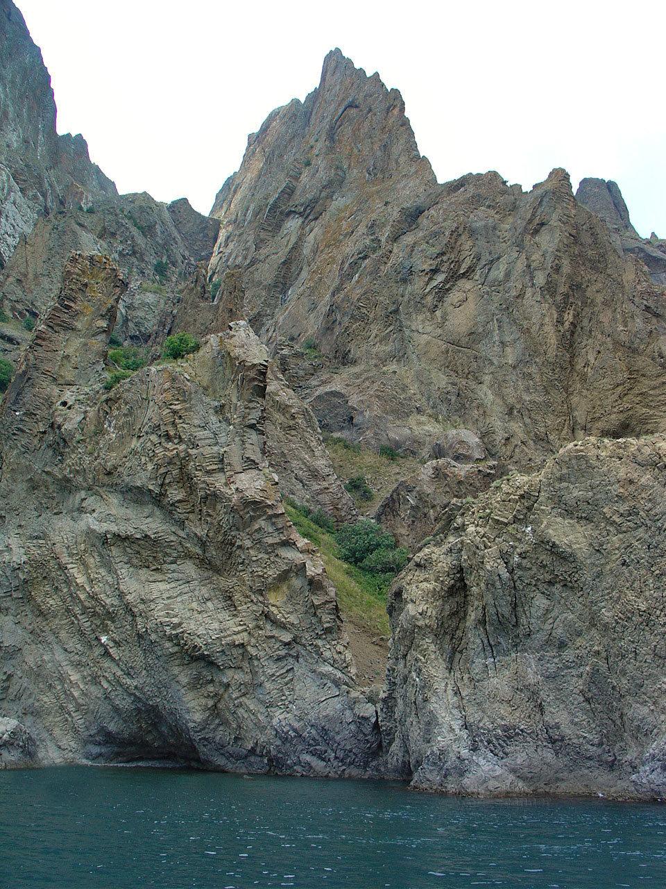 Кара-Даг привлекает многочисленных туристов как визуальными красотами горных вершин и обрывистых склонов, так и пляжным отдыхом.
