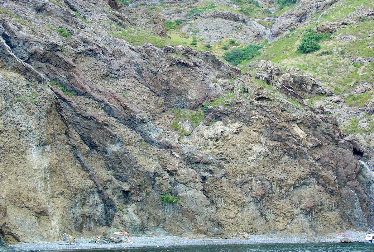 Гигантские гребни застывшей лавы от древнейших извержений вулканов Кара-Дага соседствуют с более молодыми кратерами.