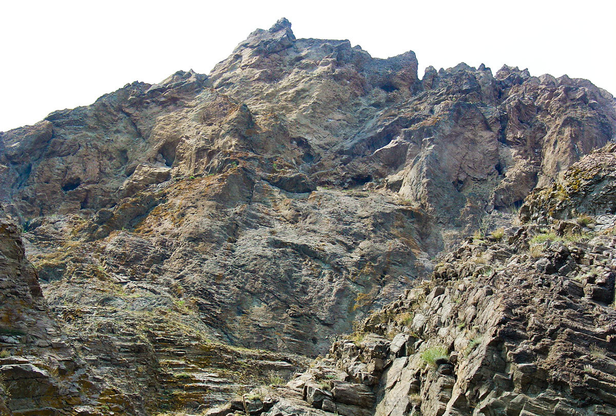 Древнейшее вулканическое происхождение горного массива Кара-Даг наглядно подтверждается структурой формирующих его пород.