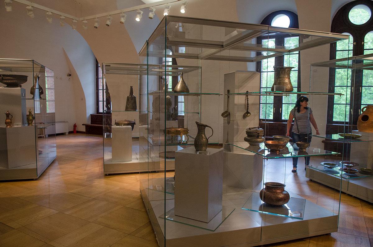 Хлебный дом демонстрирует выдающиеся образцы художественной обработки металлов, выполненные мастерами разных регионов.