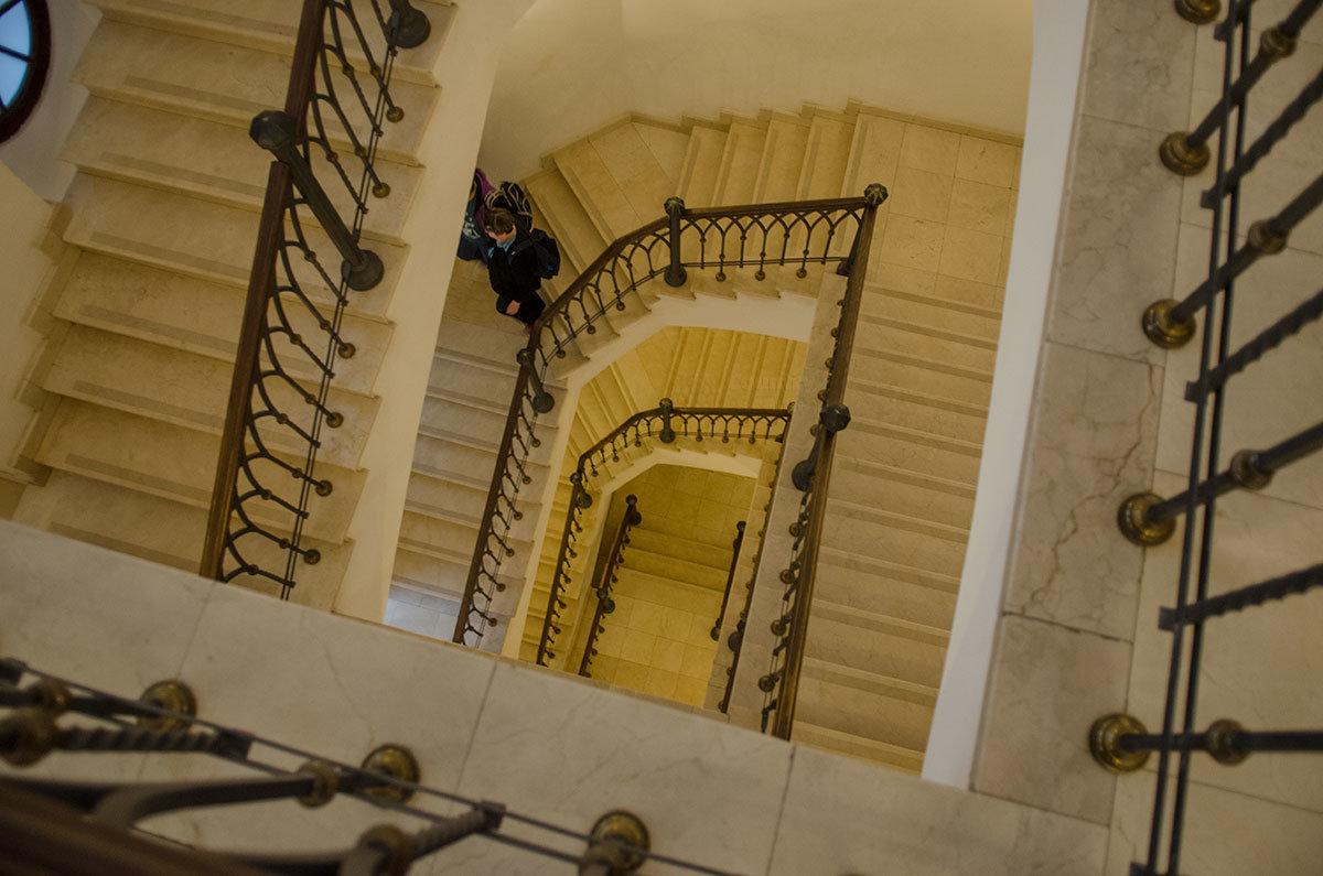 Кружащаяся лестница внутри Хлебного дома особенно красива сверху, но напрашивается мысль об установке подъемника.