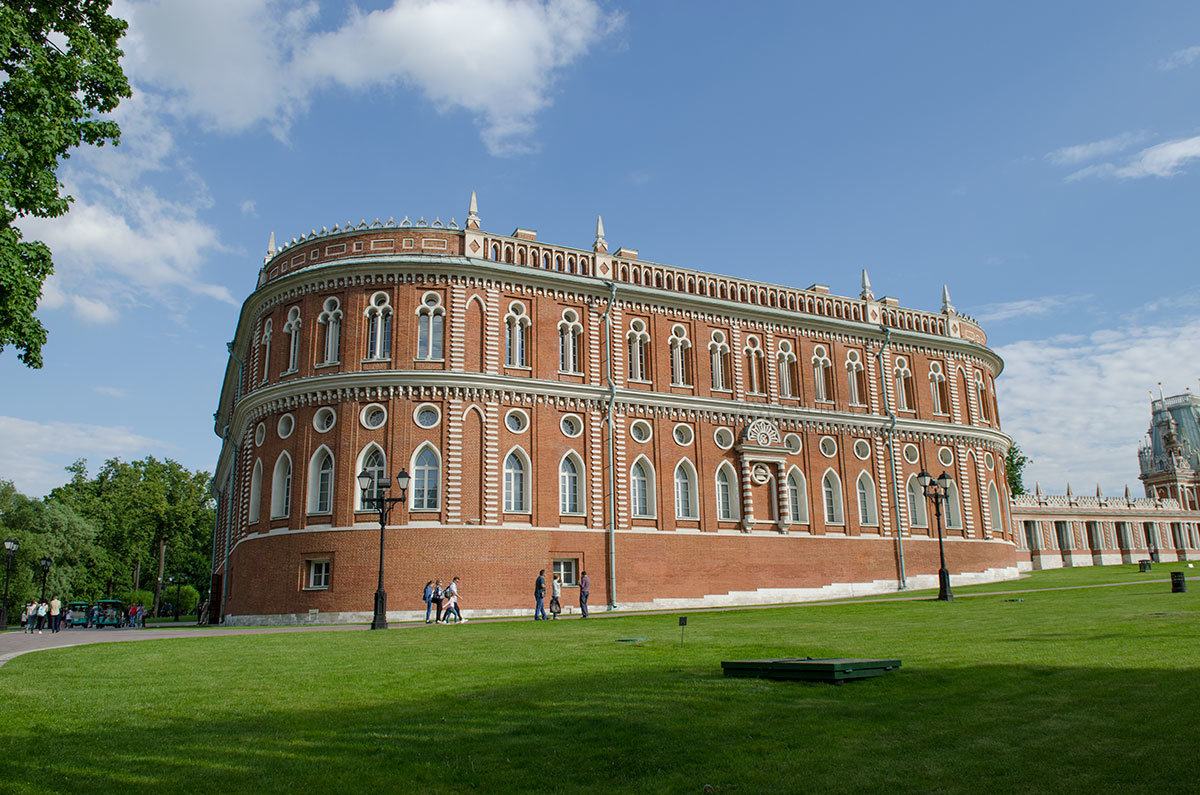 Вид с северной стороны демонстрирует облик Хлебного дома и замысел Баженова, скрытый в отдельных деталях.