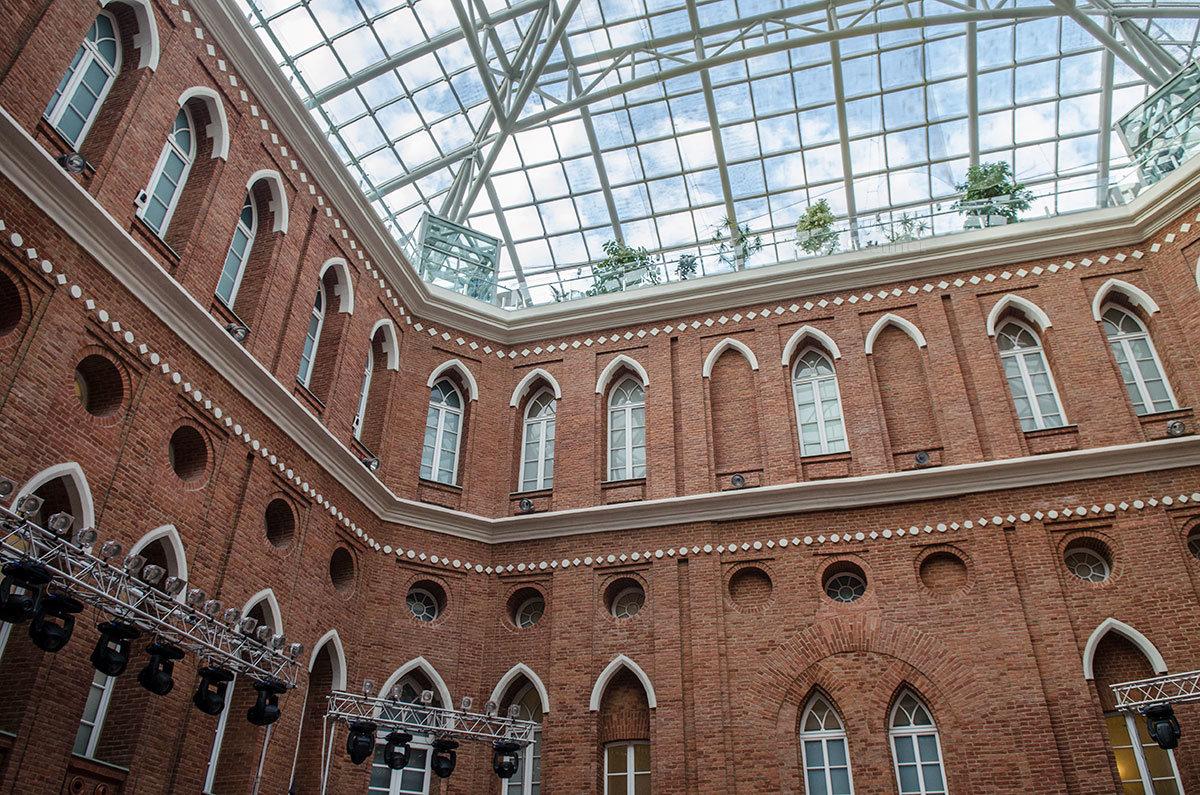 Прекрасный атриум приобрел Хлебный дом, когда современные зодчие накрыли двор прозрачной крышей.