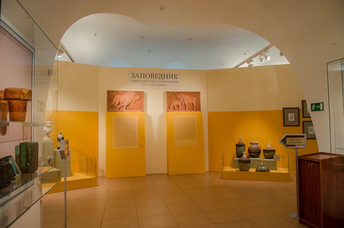 Красочный вестибюль на одном из этажей Хлебного дома с указателем начала осмотра экспозиции анимации.