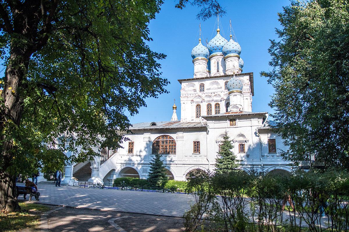Храм Казанской иконы Божьей Матери в Коломенском – пятиглавый, с двумя боковыми приделами на севере и юге.