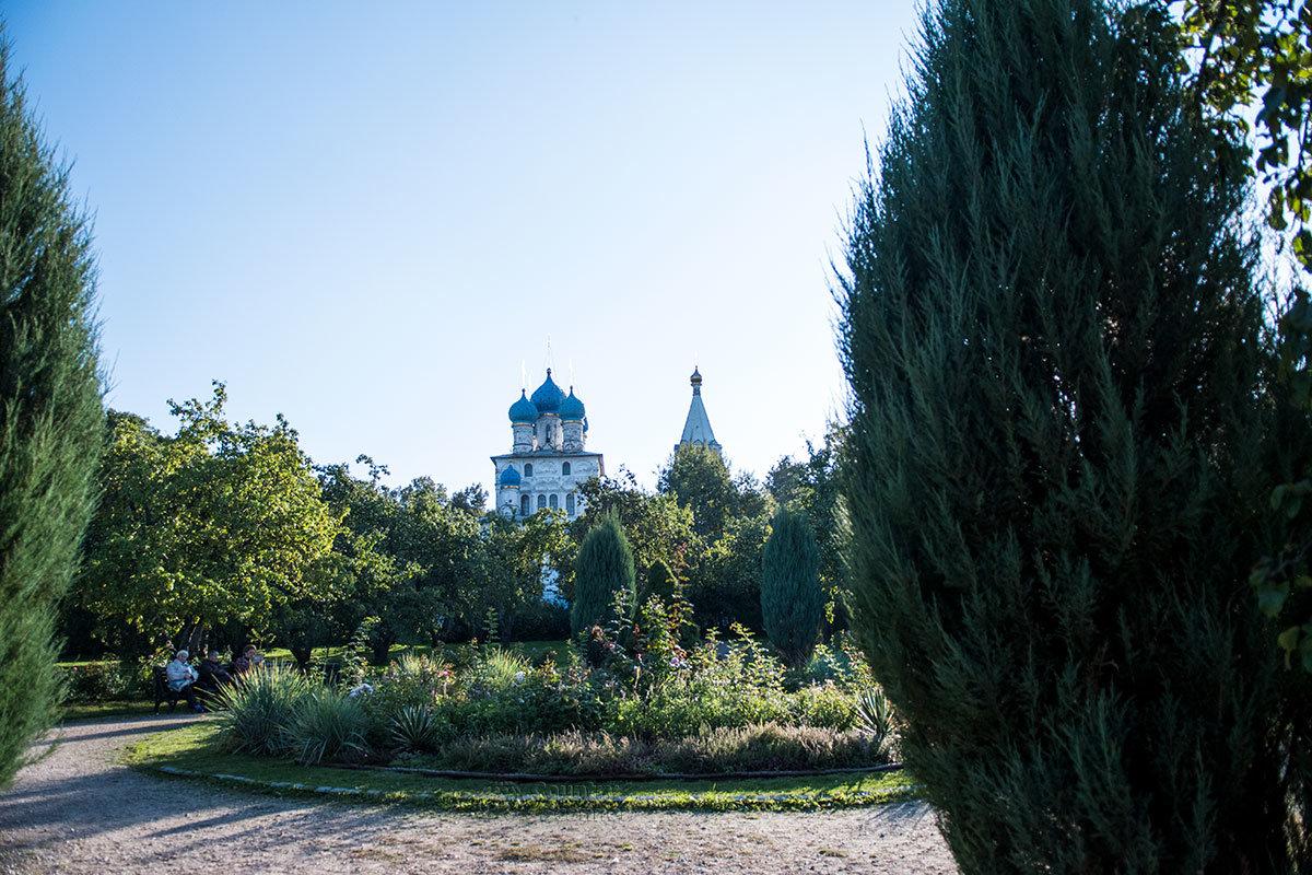 Со стороны вновь построенного дворца Алексея Михайловича храм Казанской иконы Божьей Матери в Коломенском выглядит эффектно.