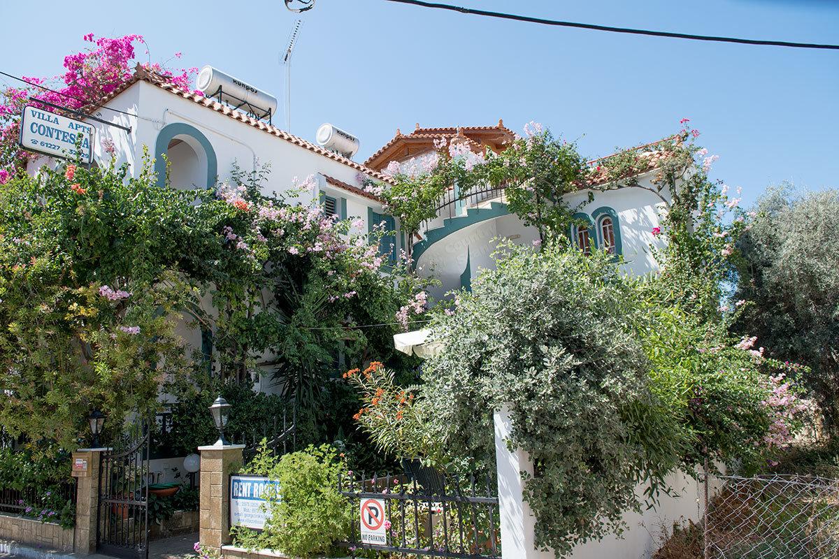 Один из многочисленных маленьких отелей на Крите в старом городе Малья.