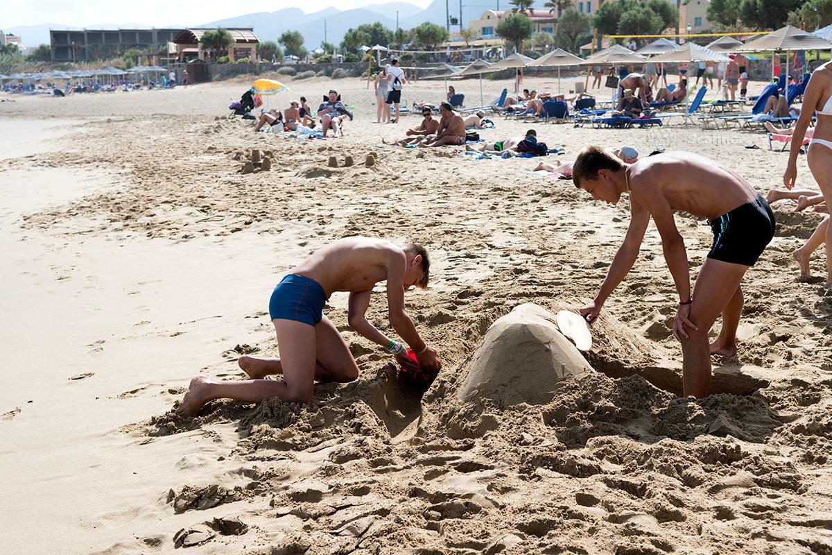 Строительство песчаной крепости на пляже Малья