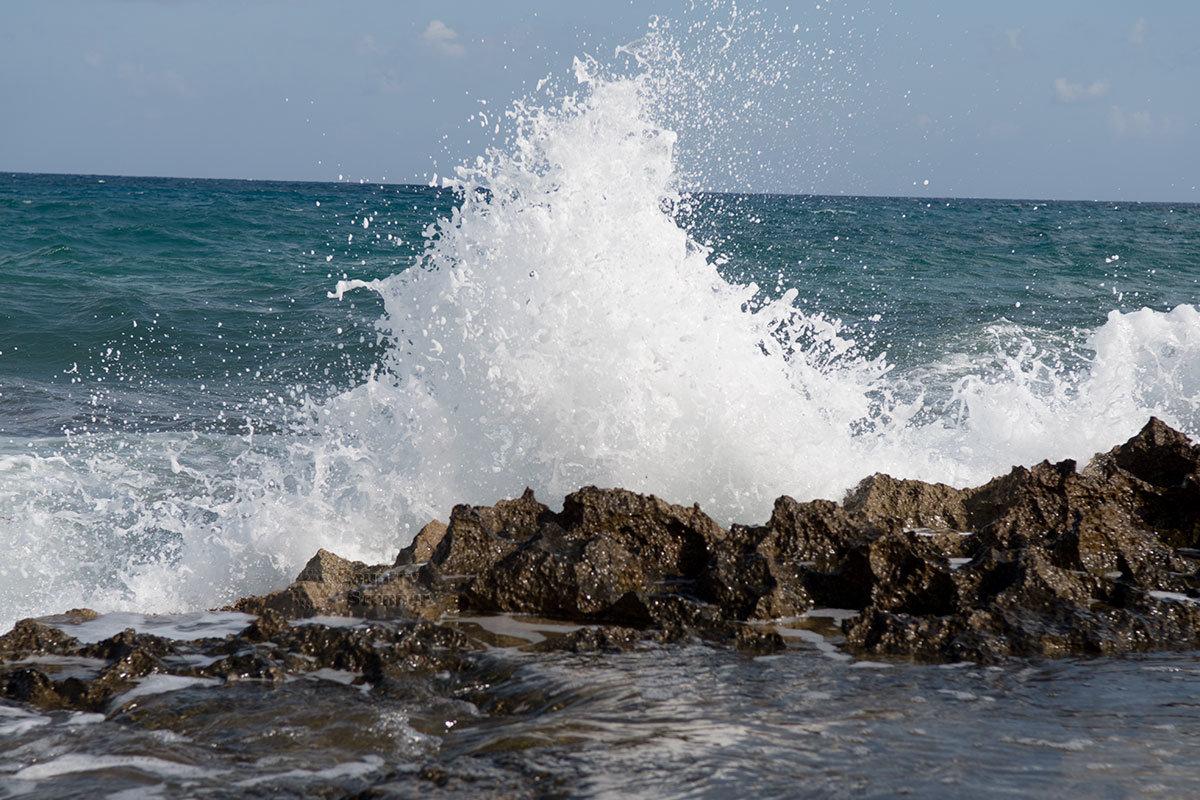 Брызги волн на пляже Малья