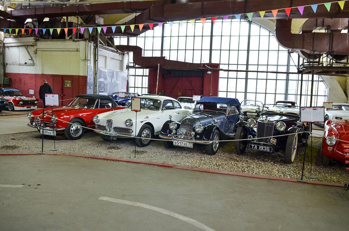 Вариации авто Альфа Ромео Джульетта в экспозиции музея Московский транспорт соседствуют с Морганом ручной сборки.