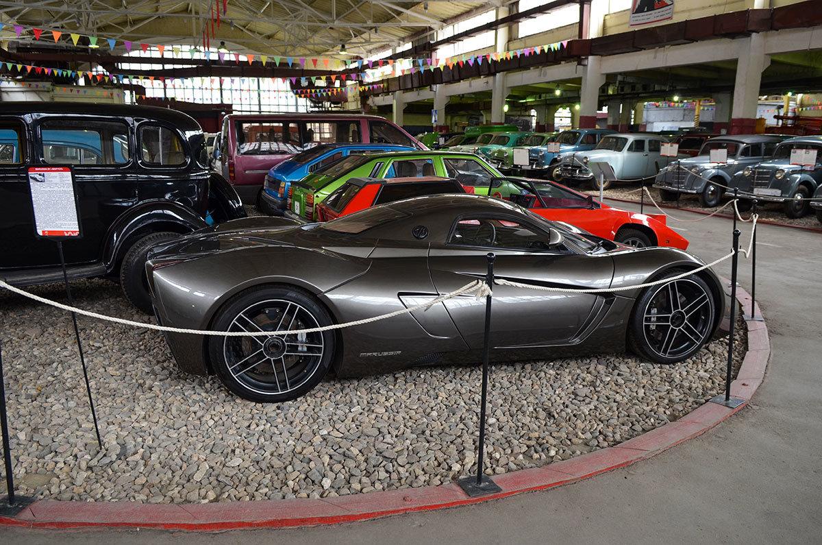 Музей Московский транспорт демонстрирует красную самодельную спортивную машину Панголина умельца Кулыгина.