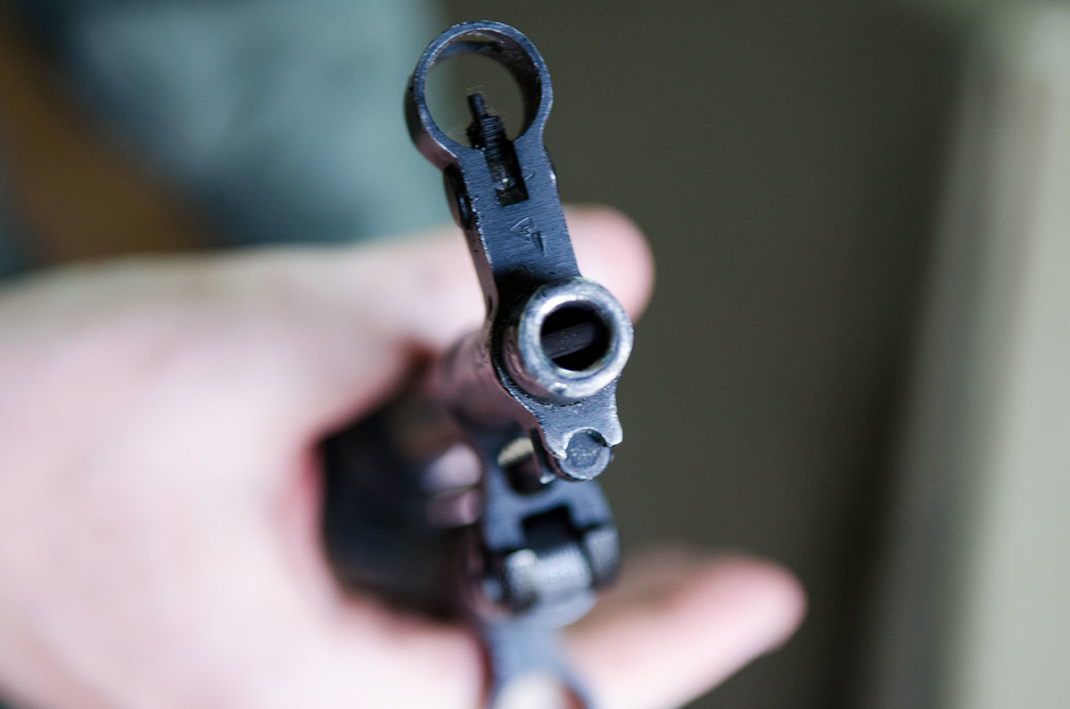 Дульный срез автоматного ствола с прицельной коробкой наши корреспонденты запечатлели на память о визите в музей оружия в Измайловском кремле.