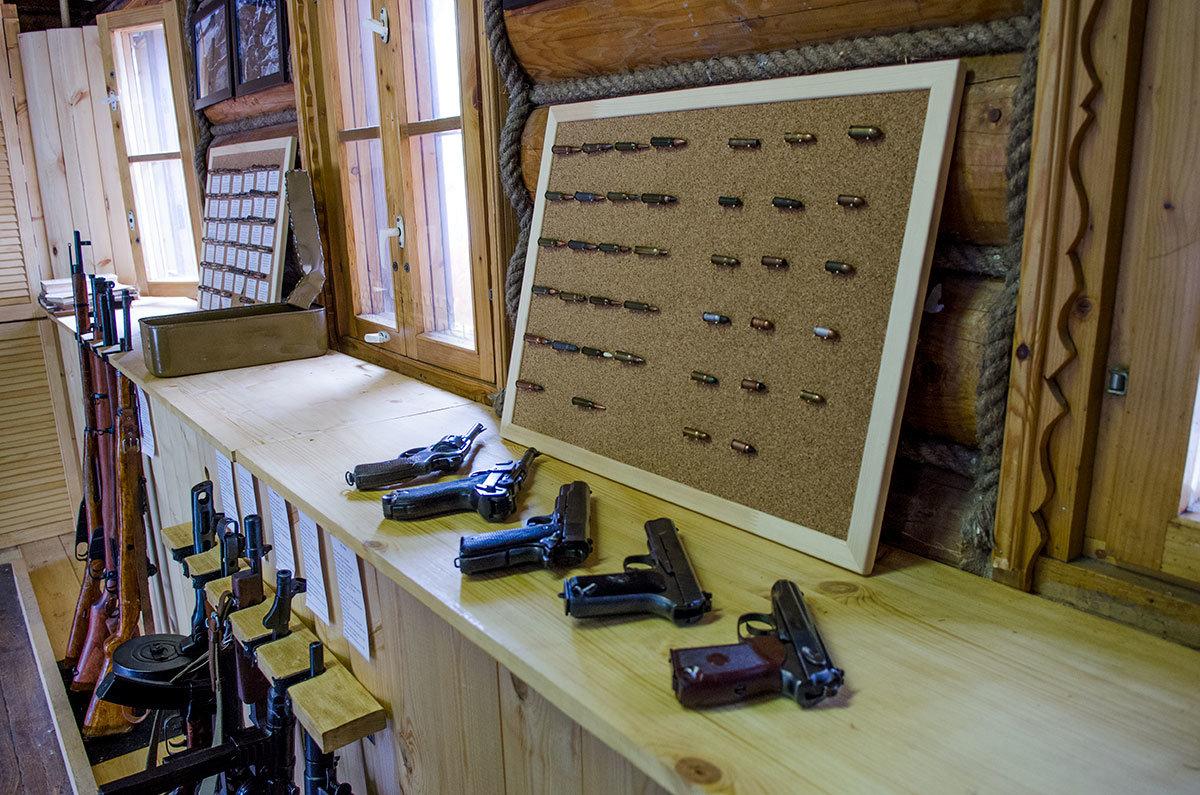 На нижних стойках музей оружия в Измайловском кремле расположил винтовки, пистолеты-пулеметы (автоматы) и легкие пулеметы, на верхней полке – пистолеты.