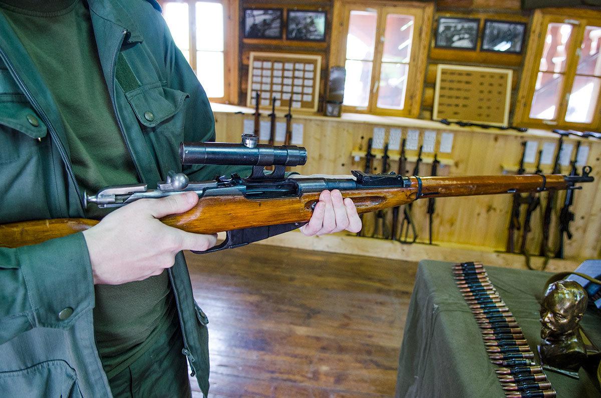 Музей оружия в Измайловском кремле позволяют своим посетителям брать образцы в руки и даже проводить некоторые операции.