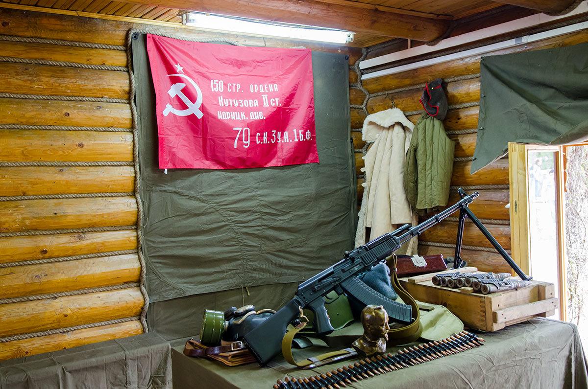 Победное знамя, копия водруженного над рейхстагом, и ручной пулемет Калашникова – главные экспонаты в углу помещения музея оружия в Измайловском кремле.