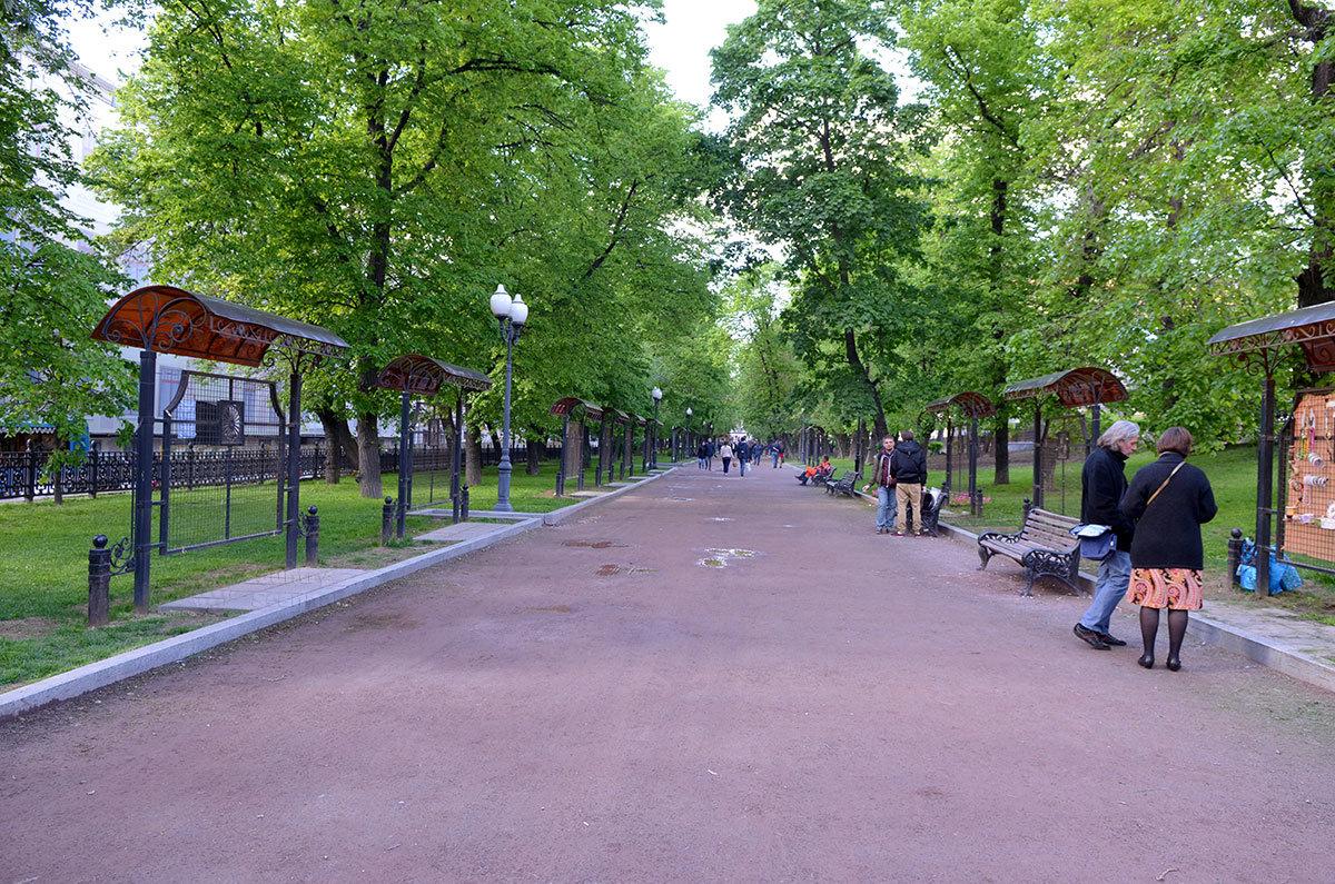 Широкий Гоголевский бульвар тянется от Пречистенских до Арбатских Ворот, посередине находится памятник Шолохову.