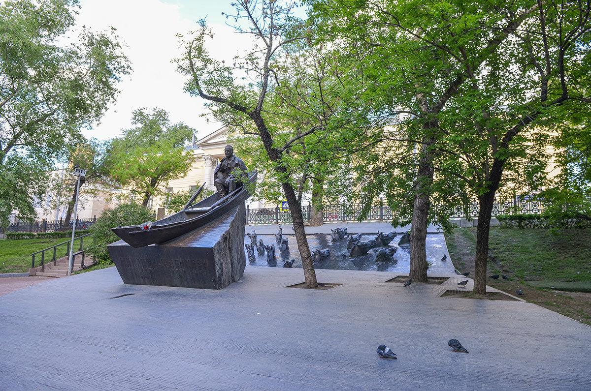 Памятник Шолохову на Гоголевском бульваре отличается оригинальной композицией, предложенной старшим Рукавишниковым и реализованной его сыном.