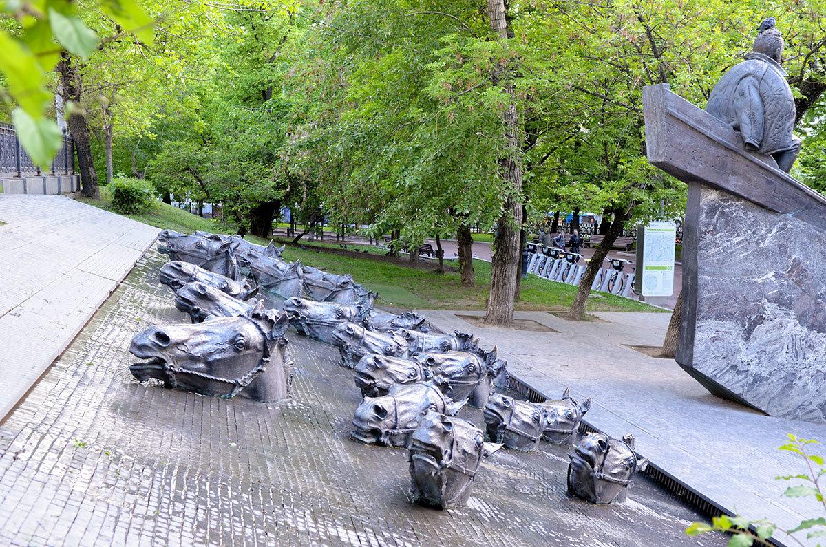 Плывущие против течения кони позади основной скульптуры делают памятник Шолохову многофигурной композицией.