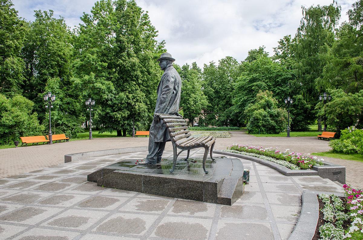 Вид сбоку на памятник Рахманинову в Великом Новгороде дает представление о композиционном решении скульптора.