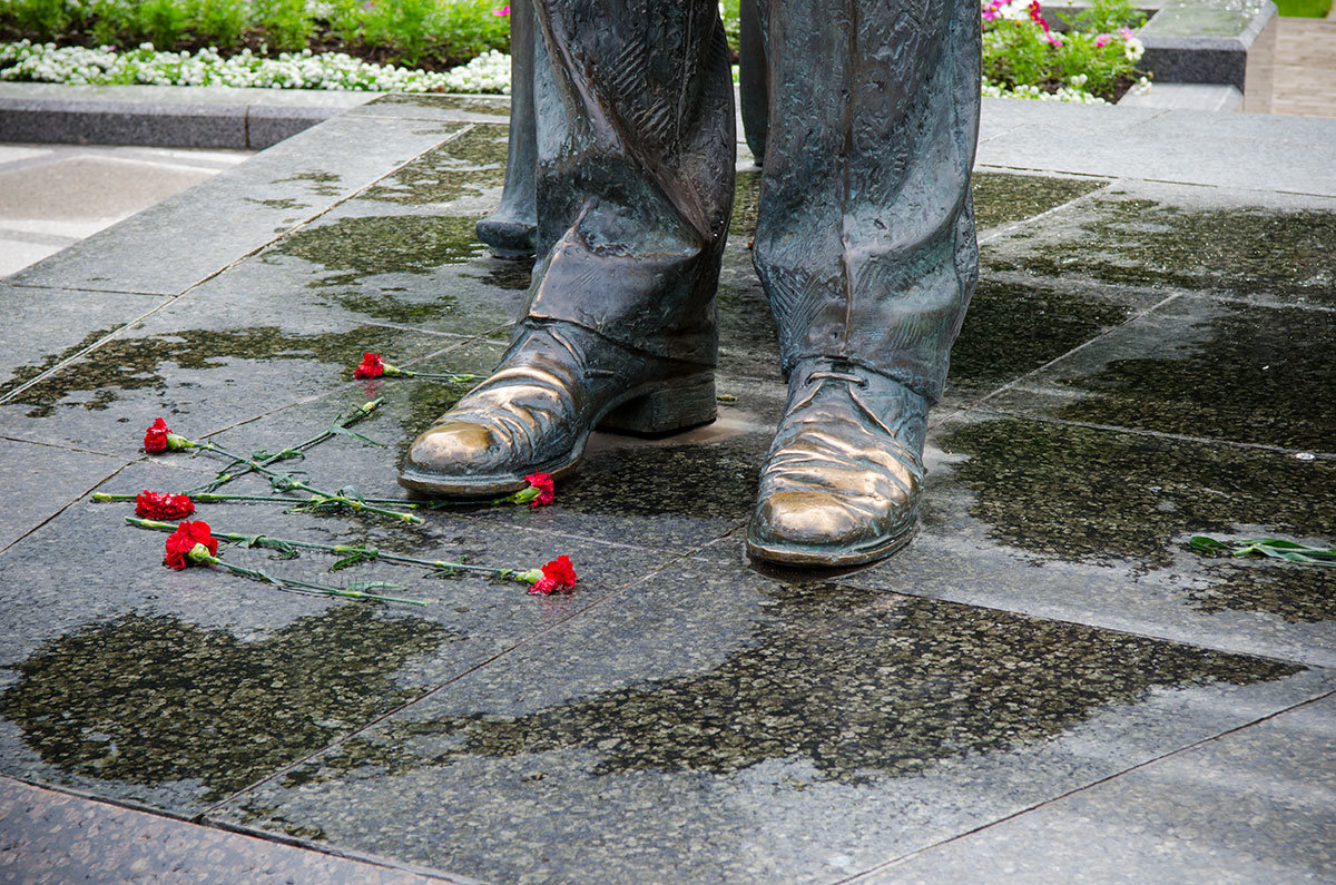 Блестящие носки ботинок на памятнике Рахманинову в Великом Новгороде говорят об обычае потирать их на удачу.