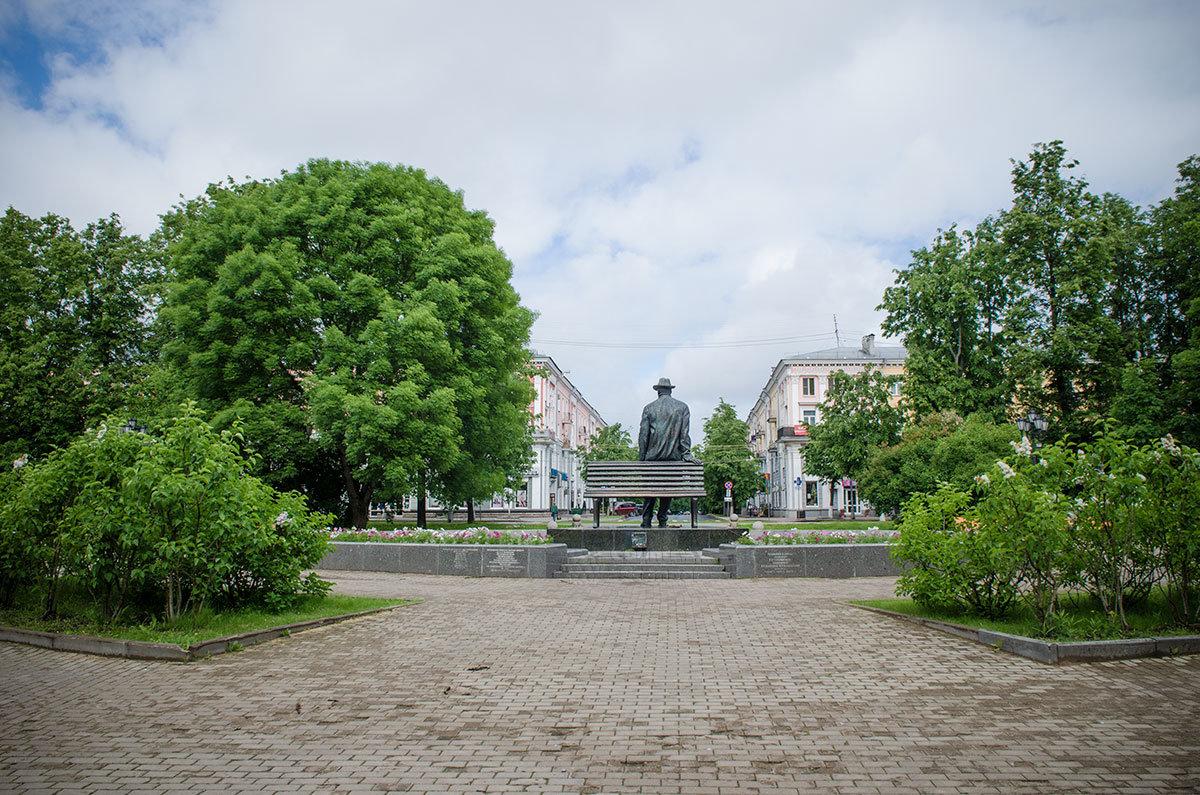 Памятник Рахманинову в Великом Новгороде со спины похож на уставшего прохожего, только гигантского роста.