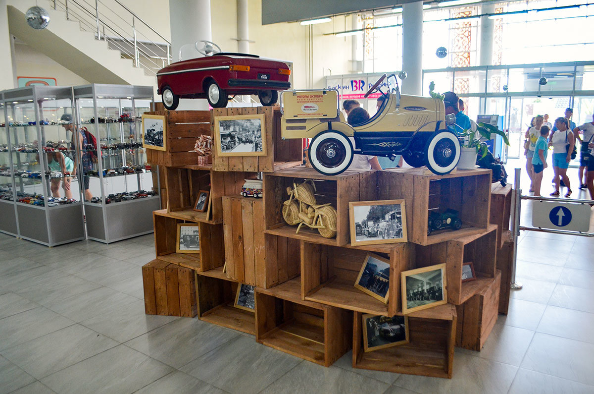 Сочи Автомузей в своем вестибюле показывает необычные дизайнерские находки.