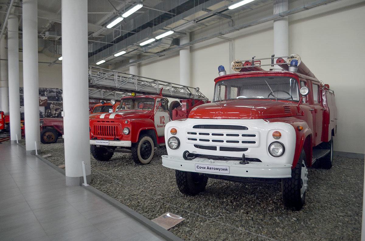 Сочи Автомузей выставил несколько образцов пожарных автомобилей.