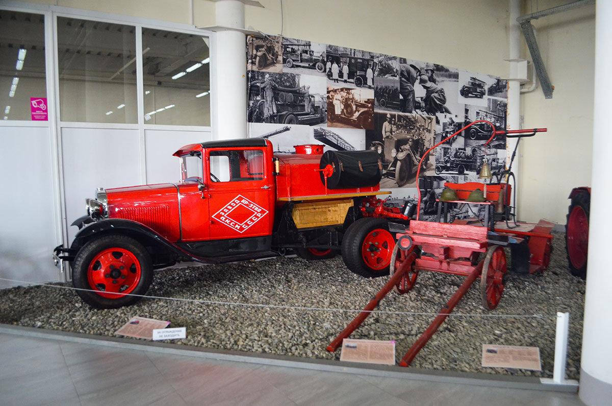 Рядом в экспозиции Сочи Автомузея стоят конная повозка с бочкой и первый пожарный автомобиль.