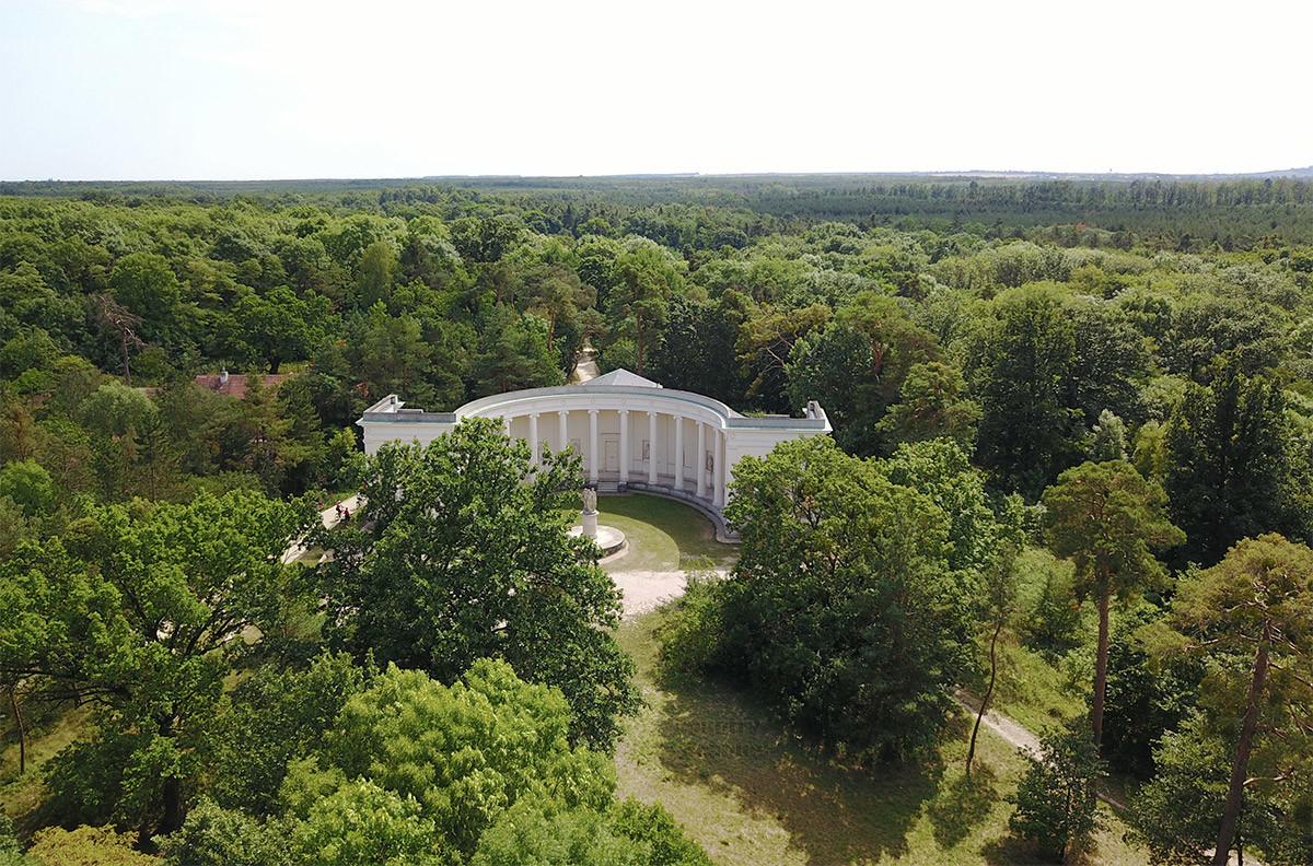 Храм Три Грации с высоты птичьего полета, запечатленный квадрокоптером вместе с окружающей парковой зоной.