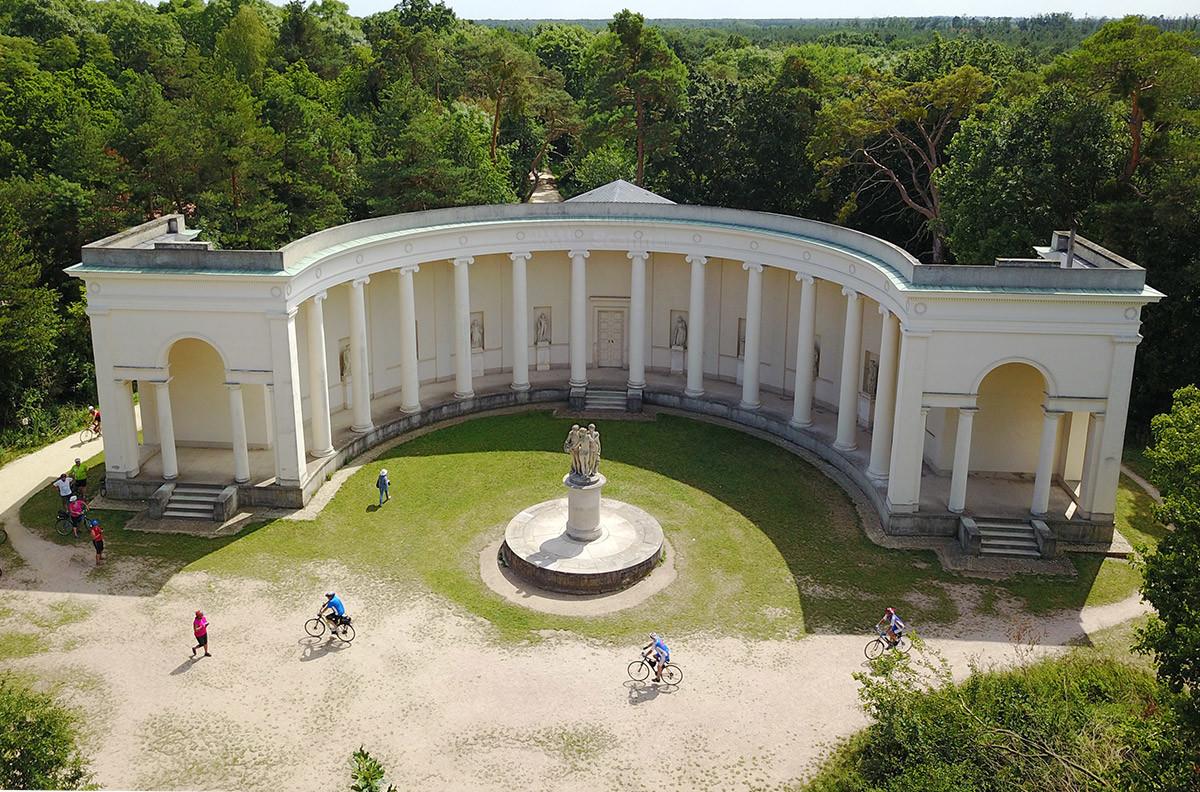 Общий вид храма Три Грации на высотном снимке, застигнувшем посетителей пешком и на велосипедах.