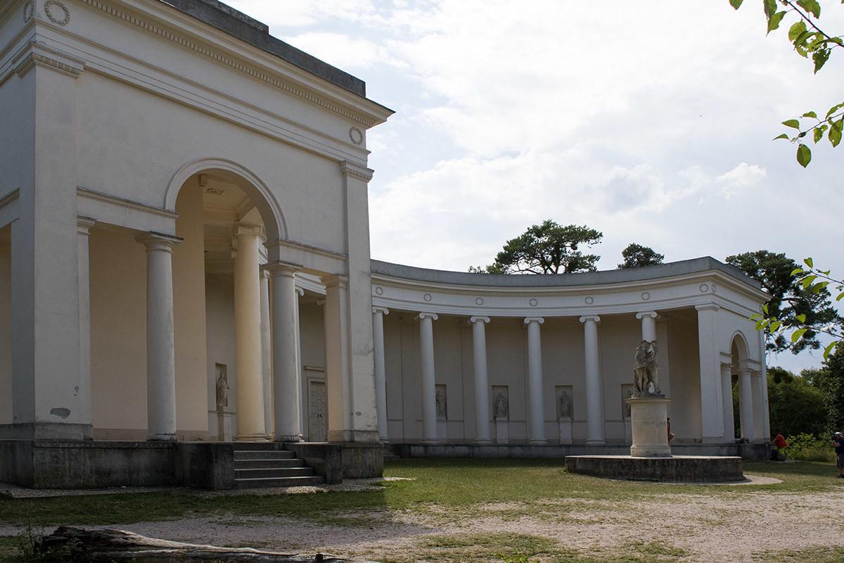 Детальное рассмотрение конструктивных составляющих храма Три Грации показывает крытую колоннаду с двумя портиками и сам монумент.