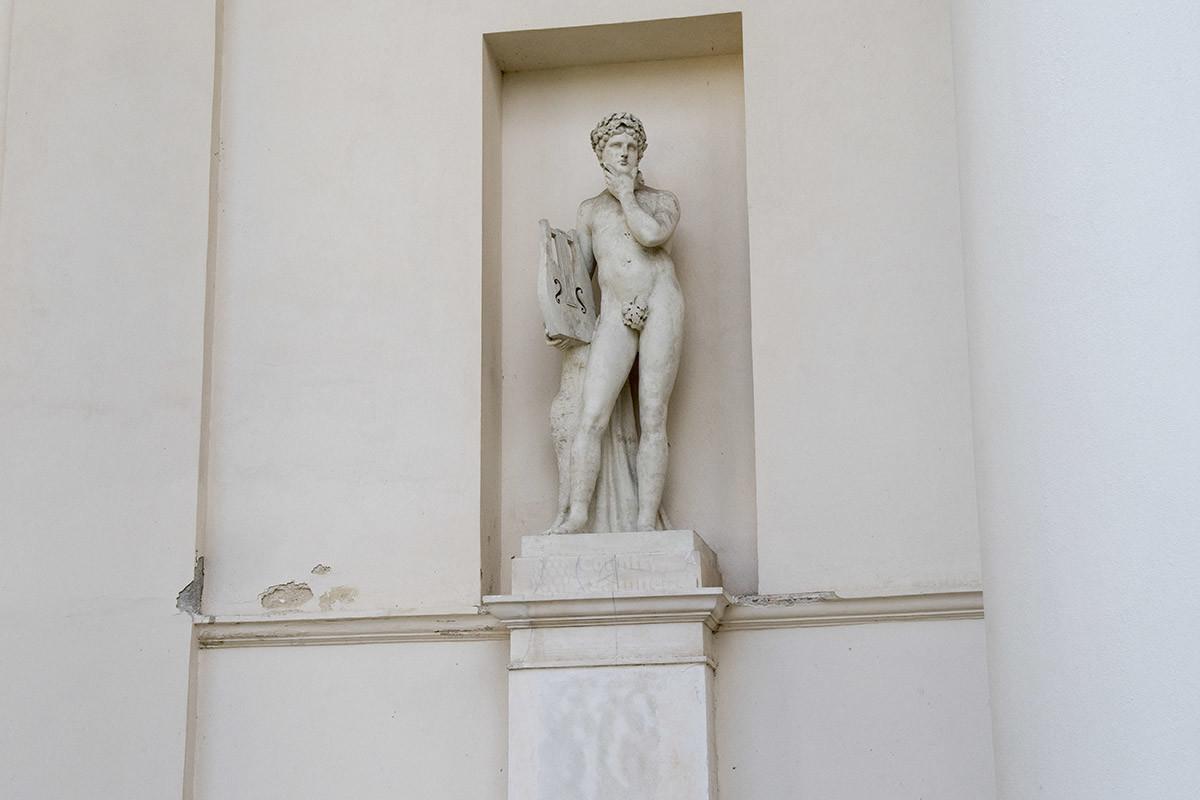 Еще одного бога в колоннаде храма Три Грации достоверно распознать не удалось, это либо Аполлон, либо изобретатель лиры Гермес.