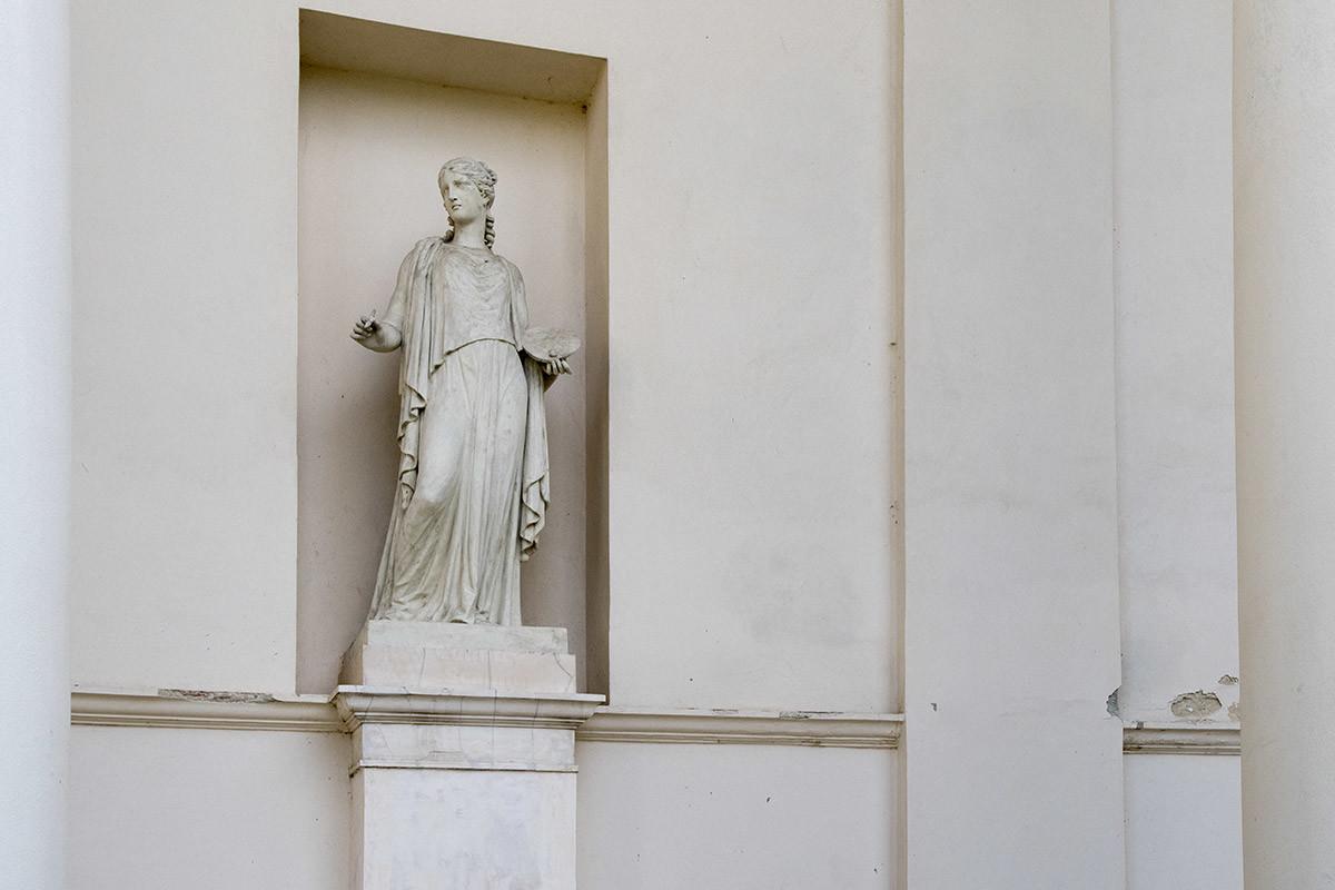 Колоннаду храма Три Грации украшают скульптуры всех олимпийских богов Древней Греции, среди них мудрая Афина.
