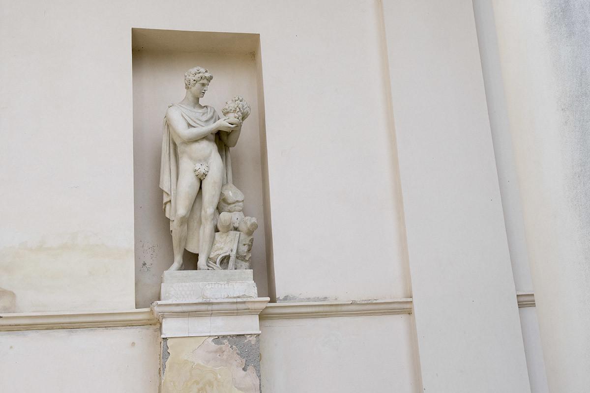 Статуя бога войны, кровожадного Ареса, изображает его с человеческой головой в руках. Это одна из скульптур позади группы Три Грации.