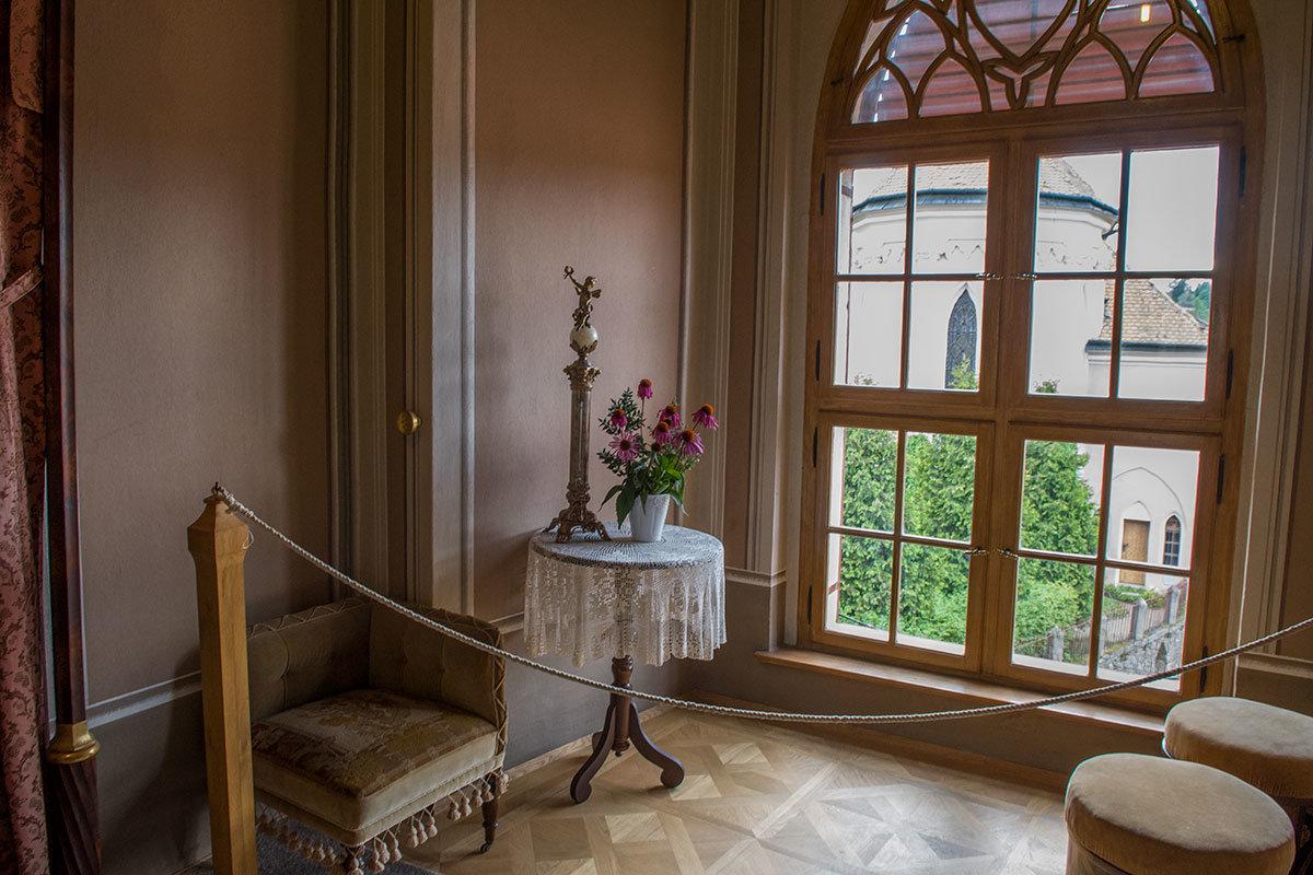 Возле окна в будуаре можно видеть кресло в угловой спинкой, на столике – редкий для тех лет ртутный термометр в форме колонны.