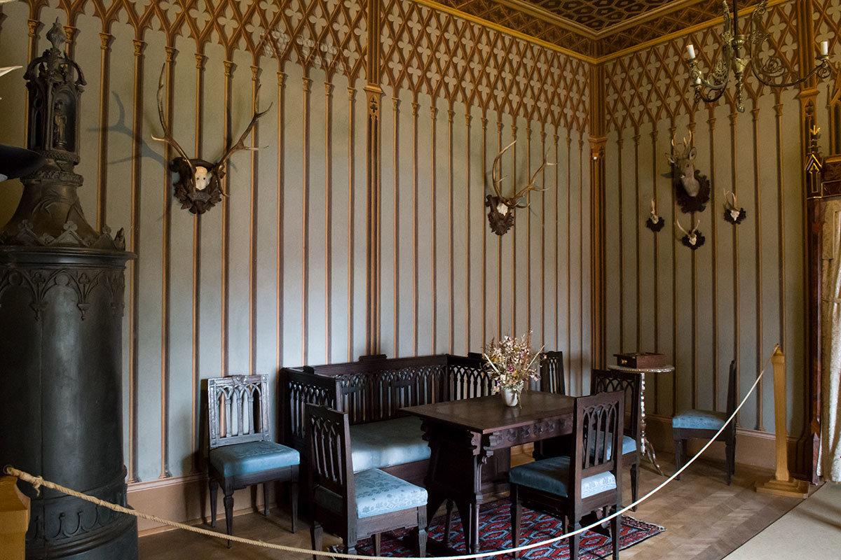 Курительный салон для мужчин в замке Битов отделан тонкими рейками, образующими вверху орнаментальное переплетение.