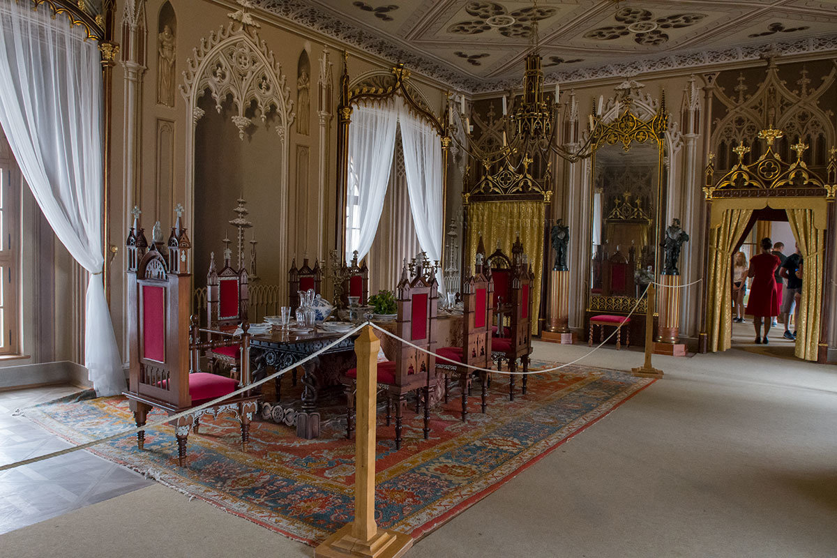 Среди шикарной отделки и обстановки парадной столовой замка Битов выделяются темные статуи морехода Васко да Гама и поэта Луиша ди Камоэнса.