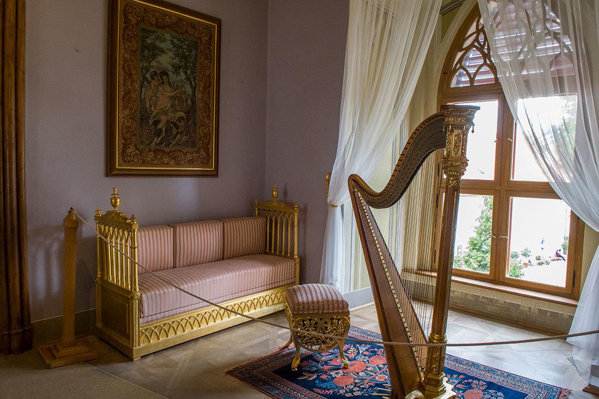 Остальная мебель музыкального салона замка Битов – светлых тонов, сочетающихся с классическим инструментом – арфой.