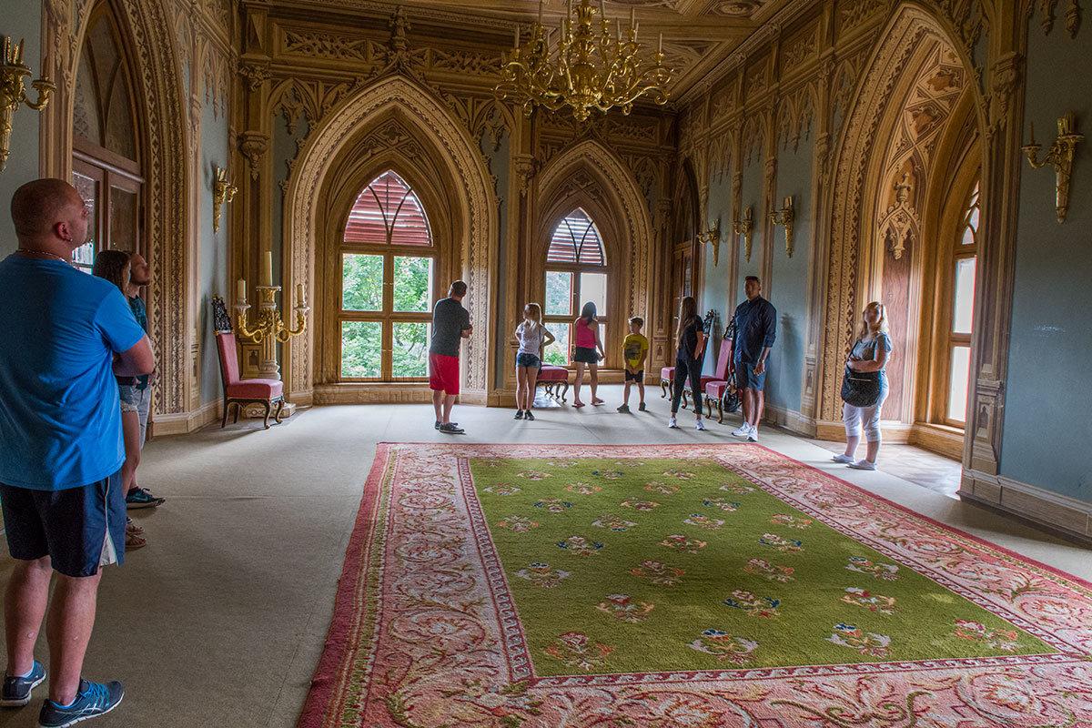 Просторный танцевальный зал замка Битов замечателен оконными и дверными проемами, выполненными как сужающиеся арки.