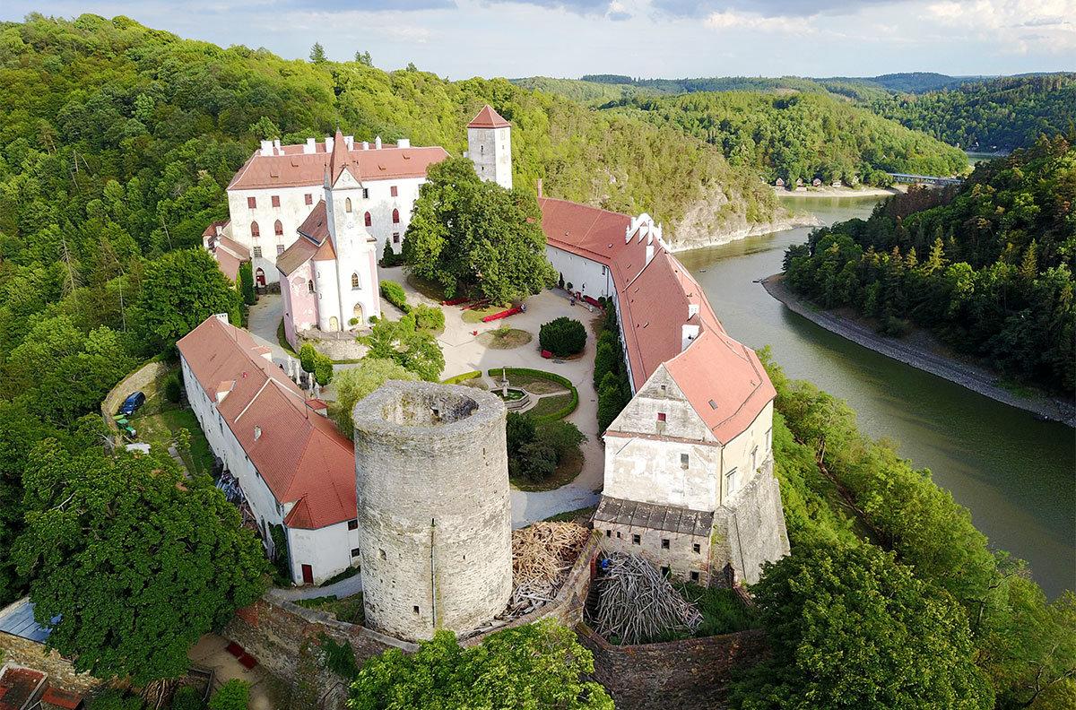 Своей западной оконечностью замок Битов смотрит на крутую извилину речного русла, огибающего цитадель с трех сторон.