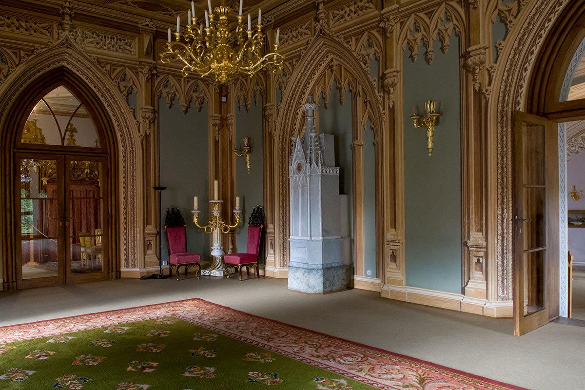 Отапливался танцевальный зал замка Битов нагревателем в форме собора, который отапливался из коридора.
