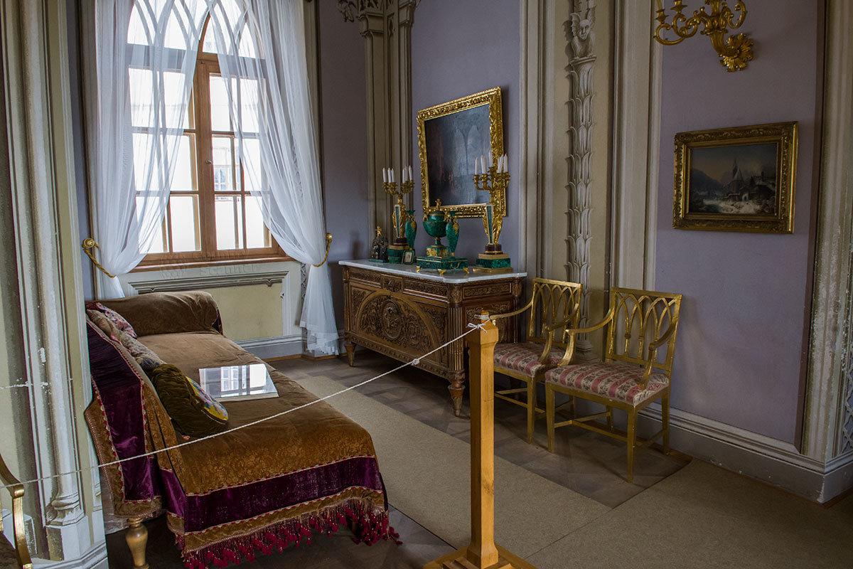 Достопримечательностью фиолетовой гостиной замка Битов является набор изделий с малахитовыми вставками.