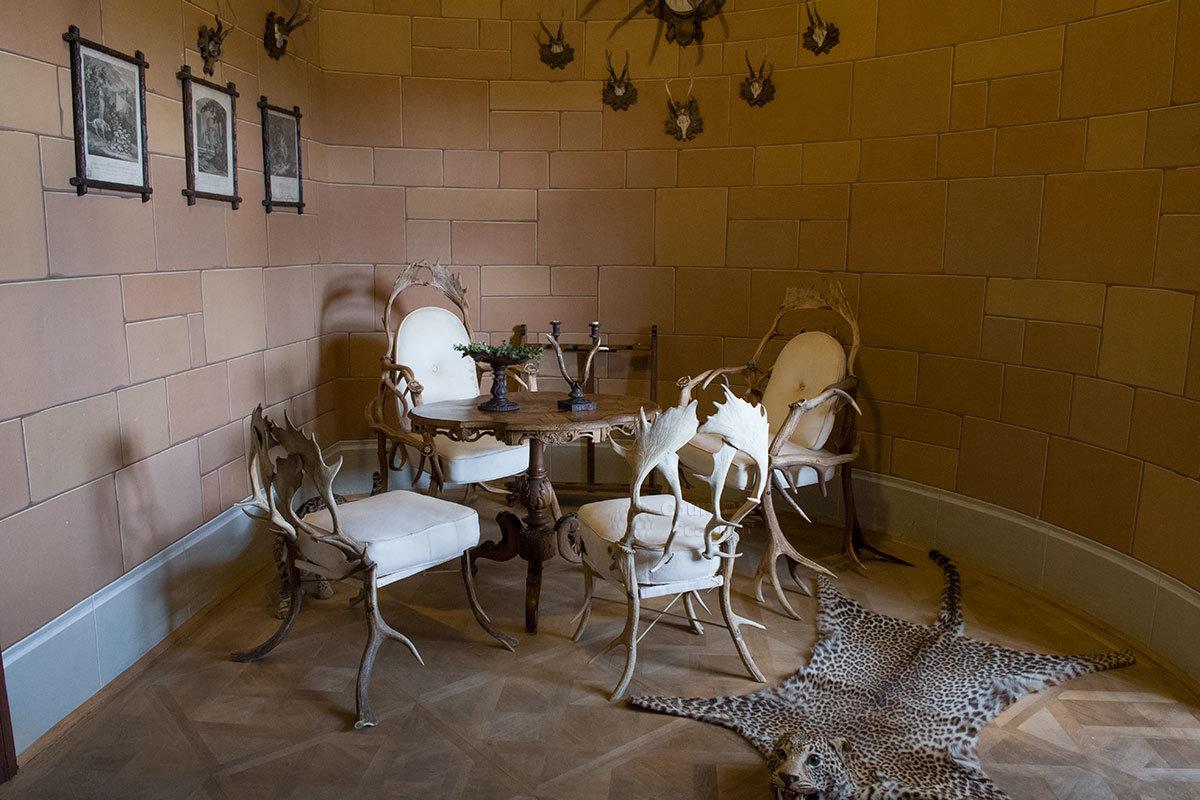 В охотничьей комнате замка Битов кресло и стулья изготовлены из рогов добытых копытных животных.