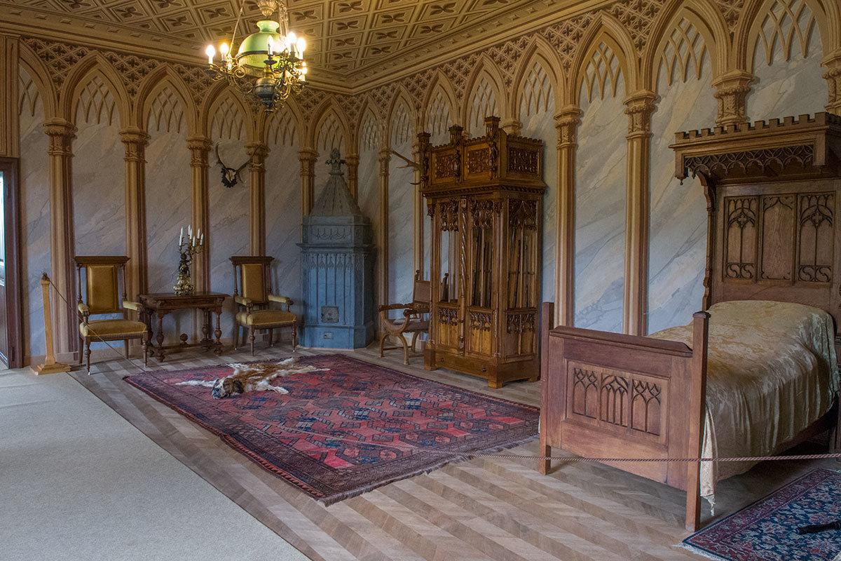 В мужской спальне замка Битов, кроме обычного набора мебели, имеется резной оружейный шкаф с винтовками хозяина.