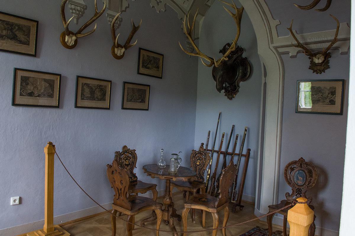 Еще одно помещение замка Битов, связанное с увлечением охотой, украшено лосиной головой, под ней несколько ружей в стойке.